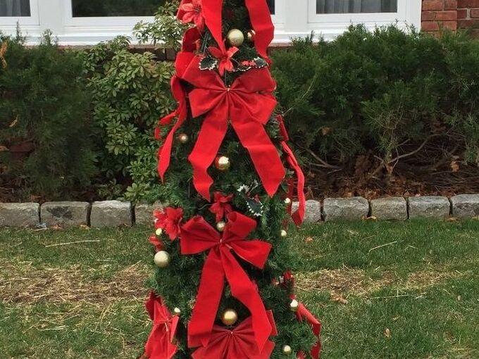 christmas tomato cages, christmas decorations, gardening, repurposing upcycling, seasonal holiday decor