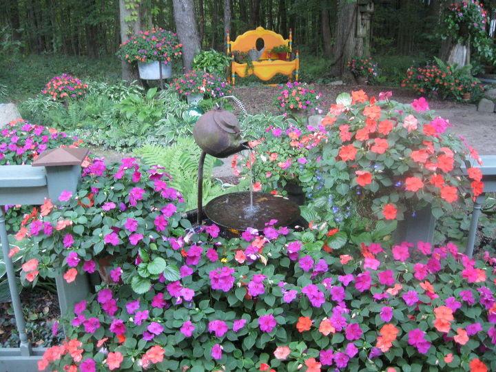 tea pot fountain with impatiens, gardening, Tea pot fountain with impatiens