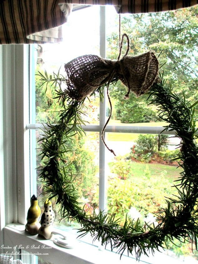 http://ourfairfieldhomeandgarden.com/diy-project-make-a-fresh-rosemary-wreath/