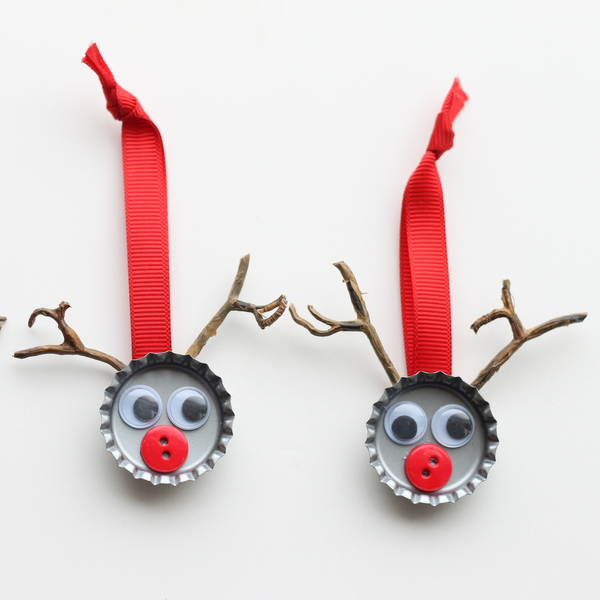 Super simple and fun for kids!  http://www.thecountrychiccottage.net/2012/12/bottle-cap-reindeer-kids-craft.html?m=1