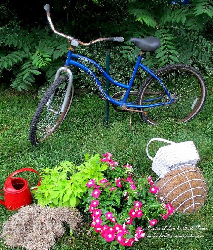 Assemble the materials : baskets, plants, dried moss (sphagnum or spanish moss), metal rebar or fence piece, plastic bags.