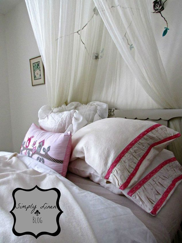 Cute pillows for a girls room.  Change the colors and add them to the master as well.