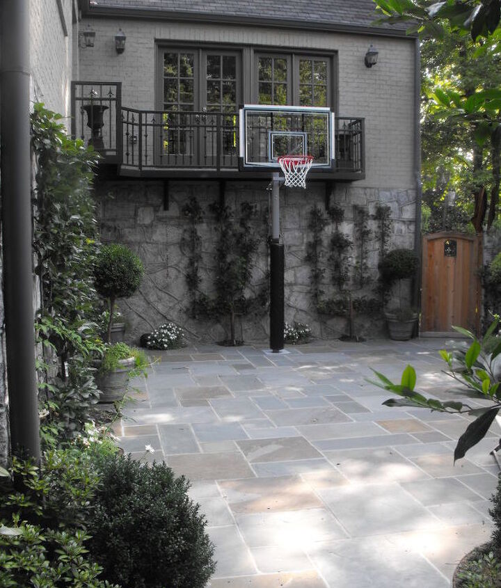 Family members had different goals for this space. The children wanted a basketball court, Mom wanted an outdoor yoga studio and Dad envisioned catered events in a distinctive garden. We think everyone got what they wanted.
