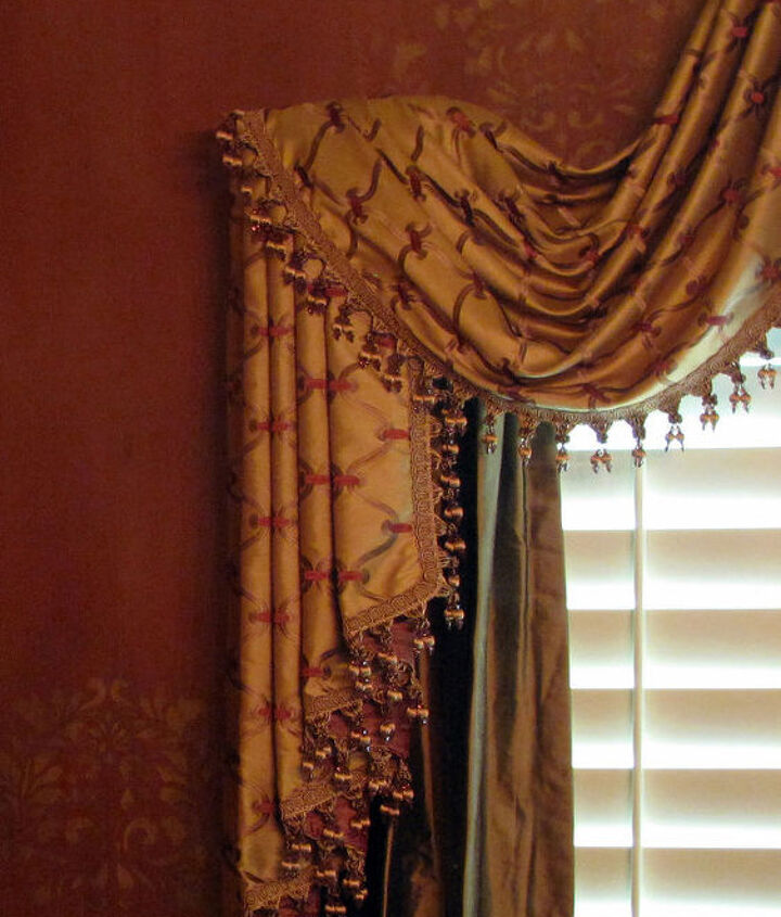 Random placement of the damask pattern on the walls draws your eye to points of interest.