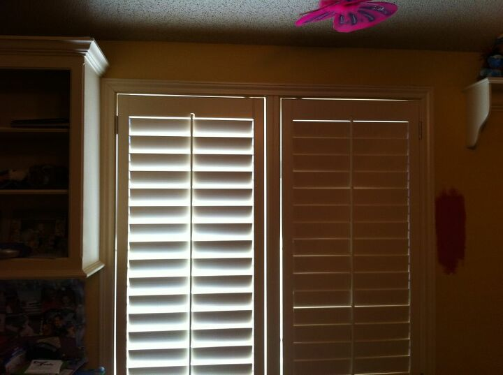 q i m trying to redo my 11 year old daughters bedroom and really having a hard time, reupholster, window treatments, windows