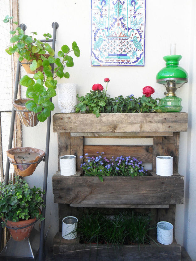 Pallet wall garden for small balconies hometalk pallet wall garden balconies small diy gardening pallet repurposing upcycling woodworking solutioingenieria Images