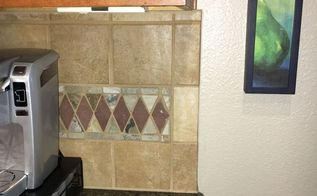 q i need ideas for painting this backsplash, interior home painting, kitchen backsplash, kitchen design, paint colors, painting, tiling, This photos shows the backsplash next to the wall color