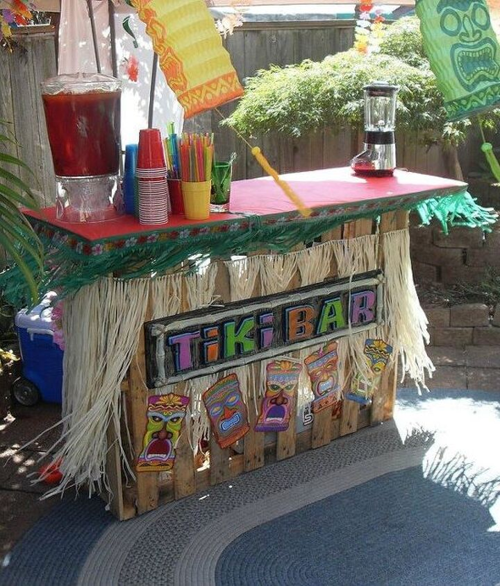 s 18 incredibly easy ways to use the entire pallet, pallet, Keep one outside for an easy Tiki bar