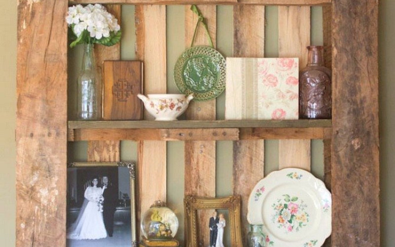 s 18 incredibly easy ways to use the entire pallet, pallet, Hang one on the wall as a display shelf