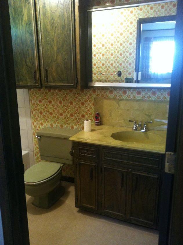 The puke green bathroom...GROSS!