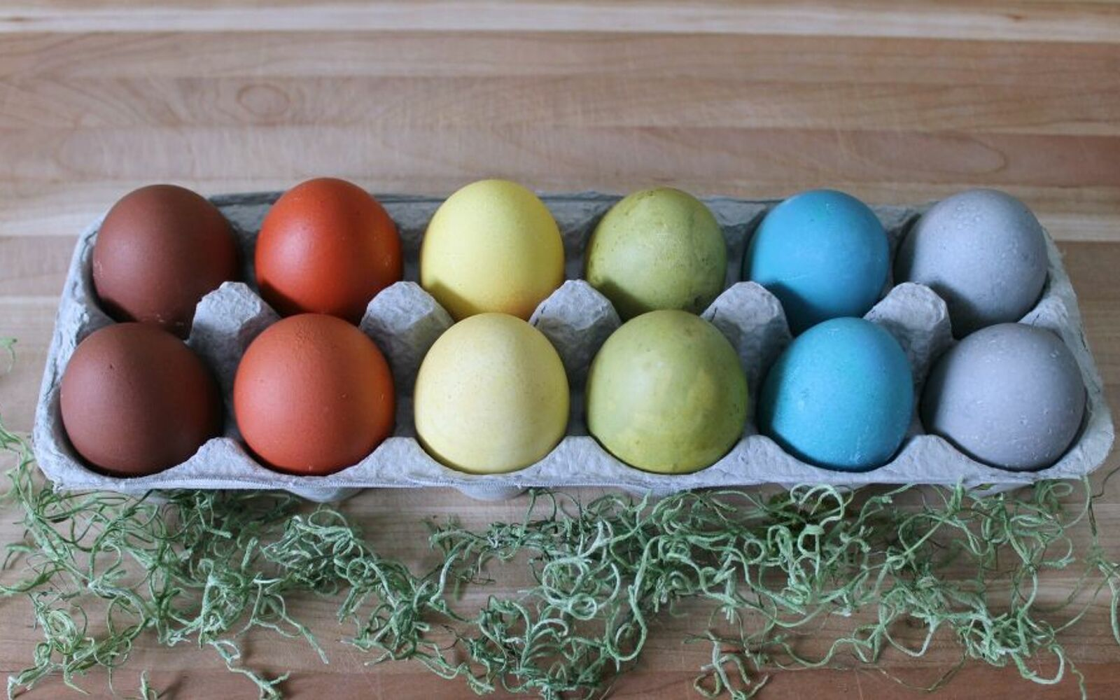 s 25 quick easter egg ideas that are just too stinkin cute, crafts, easter decorations, Dye eggs in bright natural hues