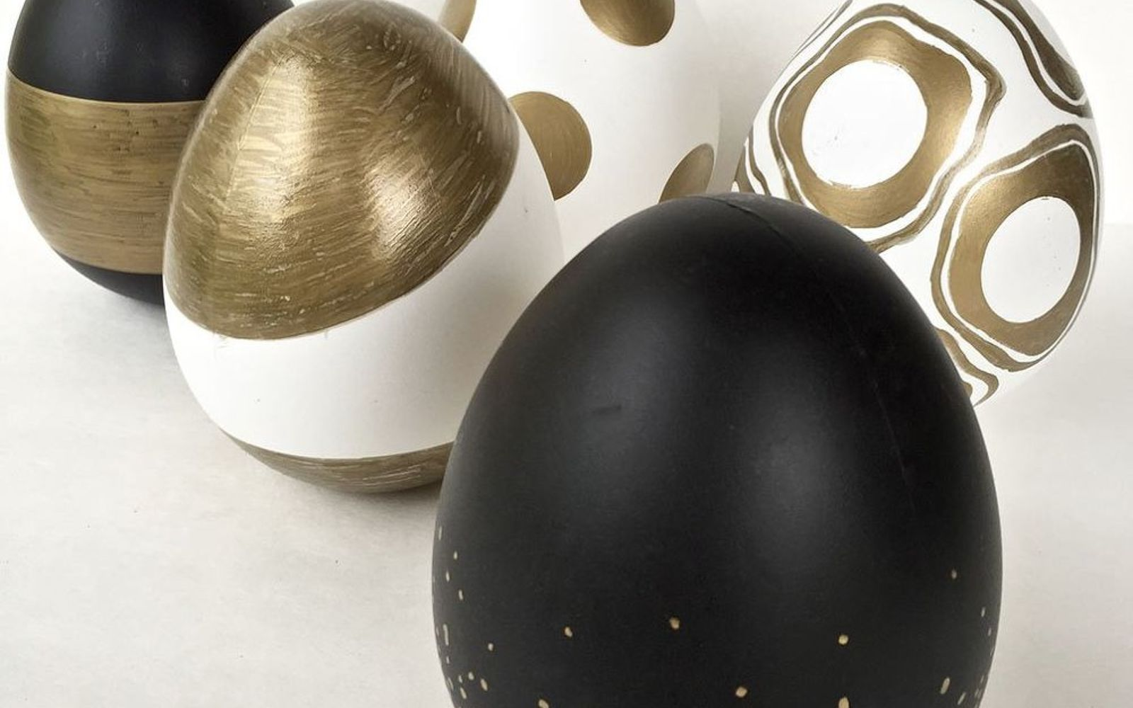 s 25 quick easter egg ideas that are just too stinkin cute, crafts, easter decorations, Add chic details with gold Sharpies