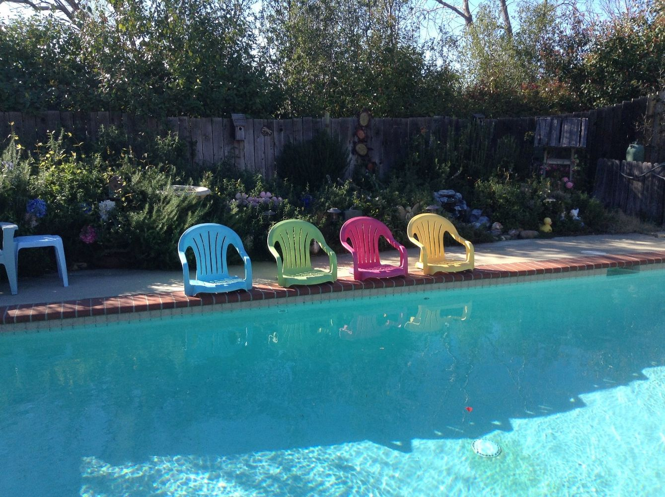 30 awesome backyard chair ideas to try right now hometalk for Plastic garden pool