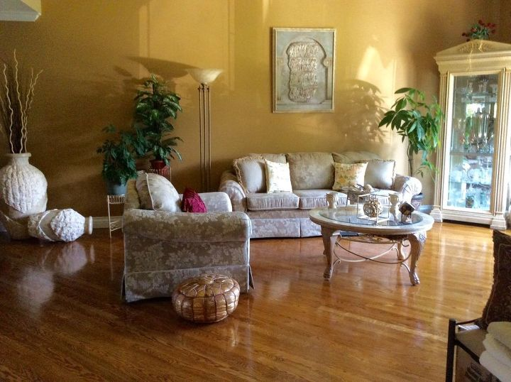 Living Room....It's the first room you see as you walk in.....has high ceilings!