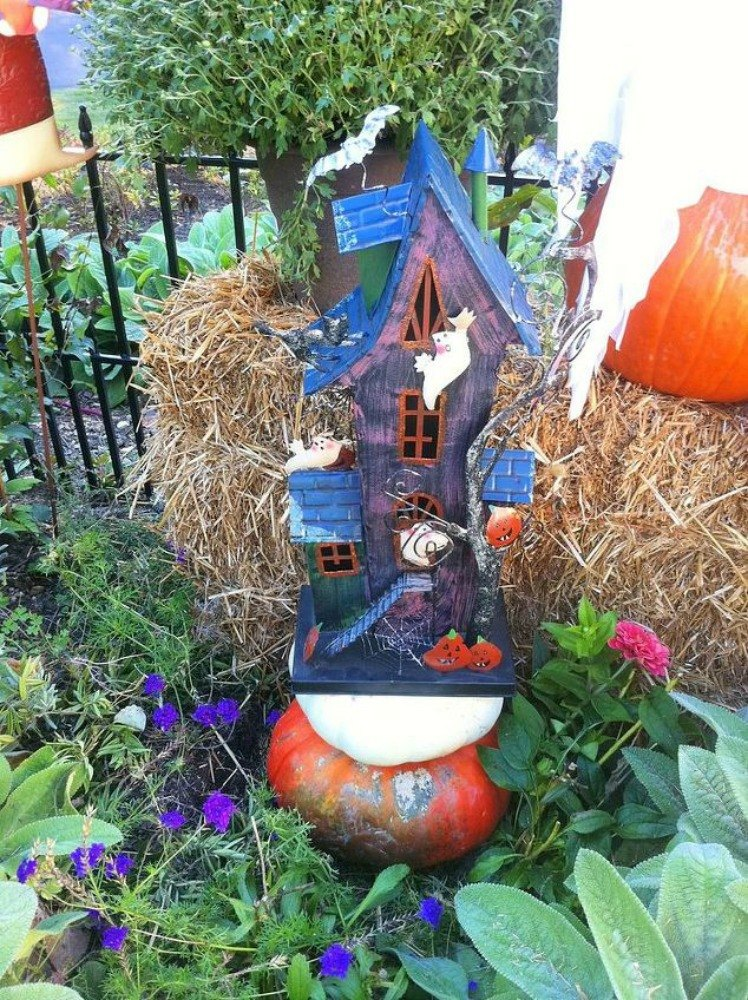 Make your neighbors giggle with these 9 halloween fairy for Outdoor seasonal decorations