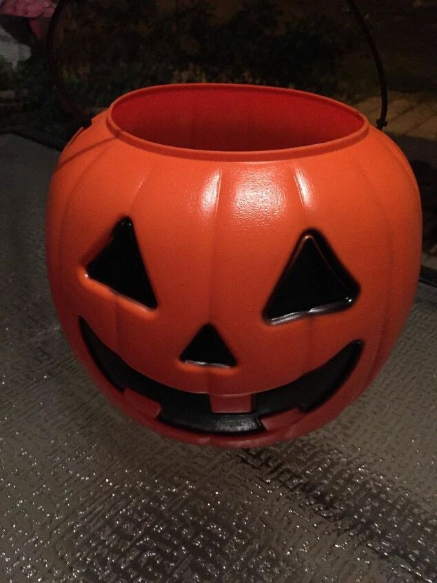 $1 plastic Pumpkins (you will need 4)