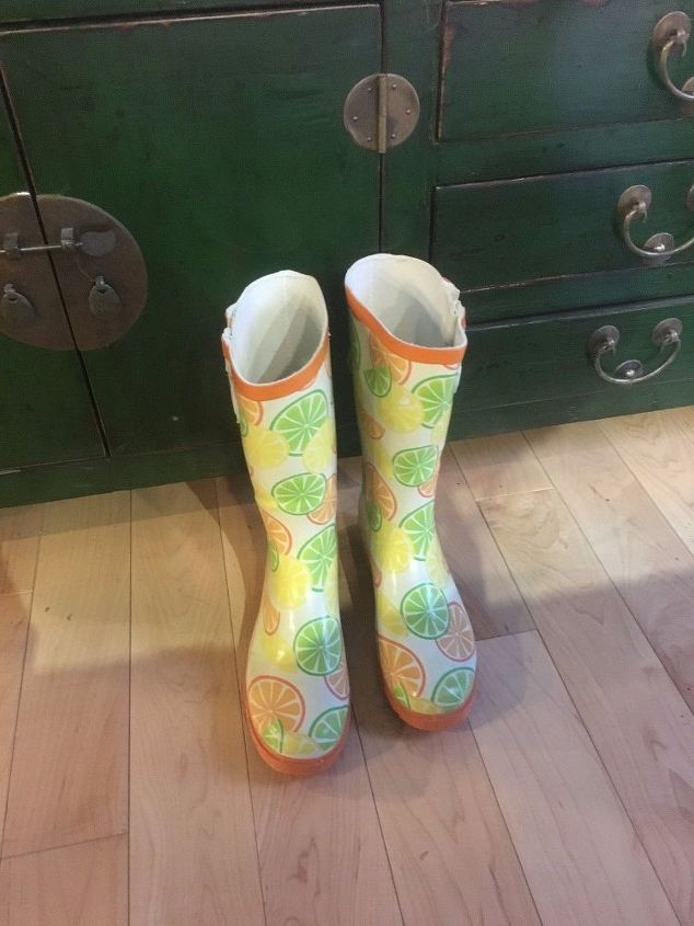 turn old rain boots into a planter, gardening