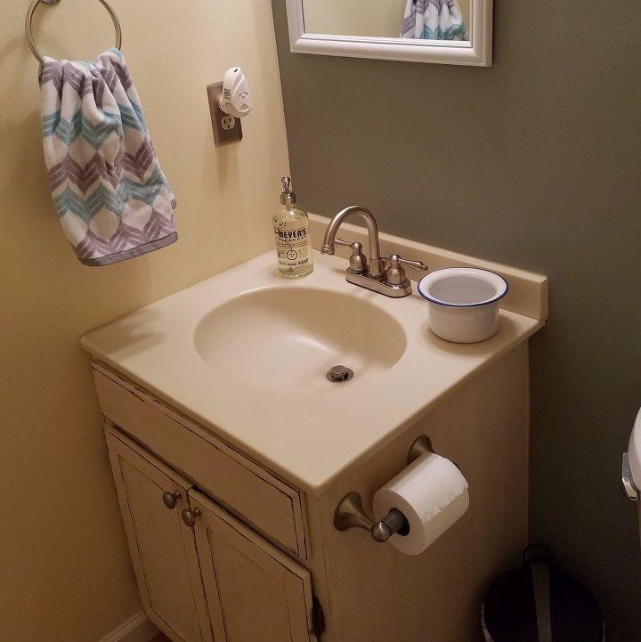BEFORE - 80's Bathroom needs a DIY redo