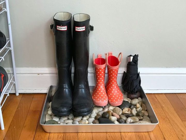 s 30 creative ways to repurpose baking pans, Stop puddles with a river rock tray