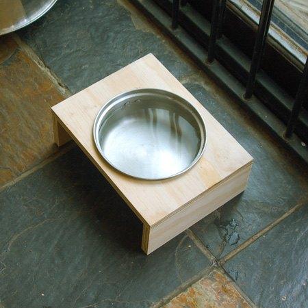 use an old saucepan to make a dog bowl holder