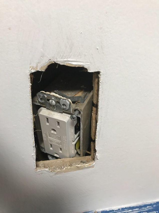 q la toma de corriente de mi cocina se ha metido en la pared como lo arreglo