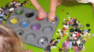 , Children learning sorting with buttons