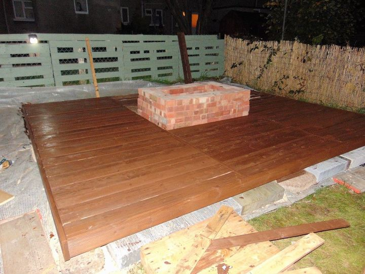 Pallet deck with fire pit hometalk for Pallet fire pit