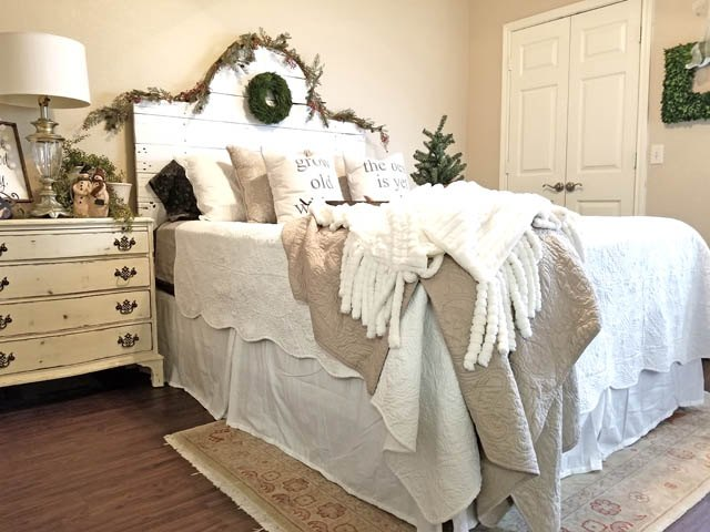 decorating a cozy christmas bedroom - Christmas Bedroom