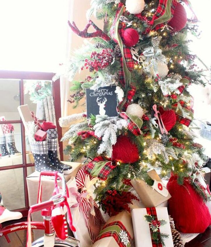 s 12 christmas home tours you re so going to fall for, Santa s Cabin in the Woods Christmas Tree