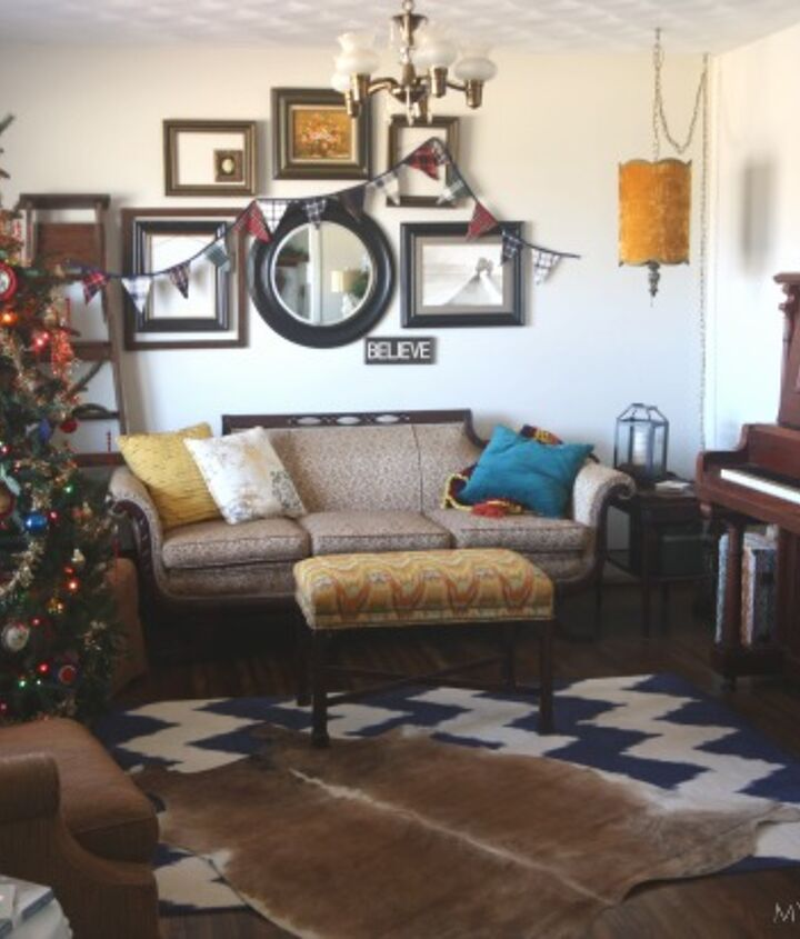 s 12 christmas home tours you re so going to fall for, Woodsy Glam Christmas Home Tour
