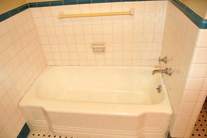 create a bathroom bench from an unused bathtub
