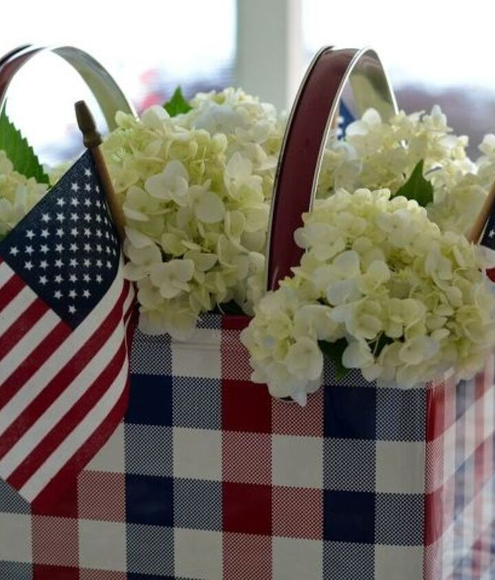 create an easy flower centerpiece for a patriotic table