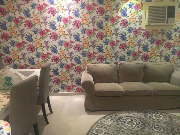 q how to decorate too much colorful wallpaper