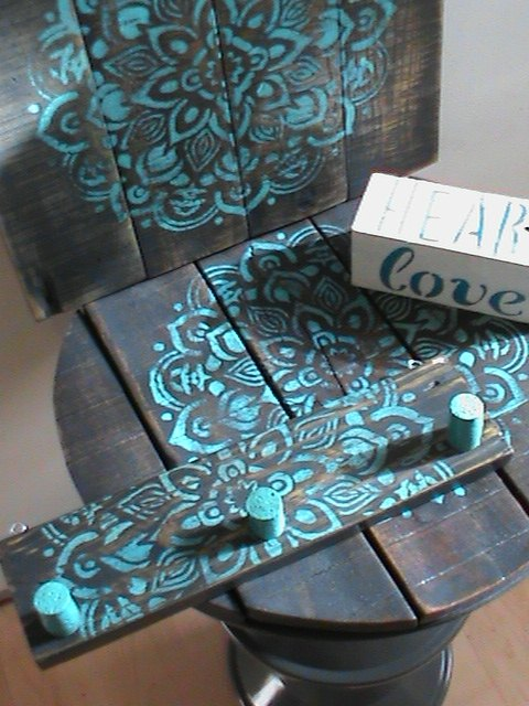how to make a key or jewelry organizer with pallet wood and wine corks