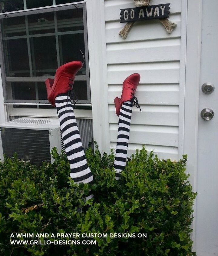 s 17 halloween decorations that ll make your neighbors giggle, Look who landed in your bushes
