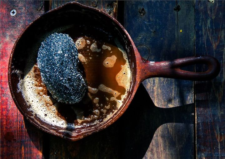 q how to clean a rusty cast iron skillet