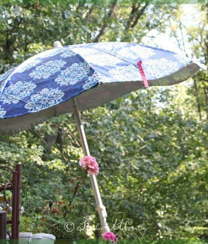 patio umbrella makeover from a tablecloth