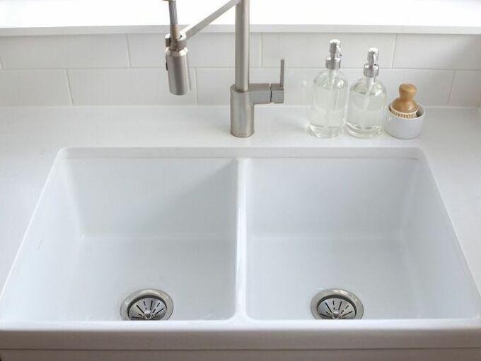how to keep a farmhouse sink white clean