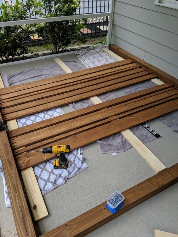 diy planter privacy screen, Use spare boards as spacing guides