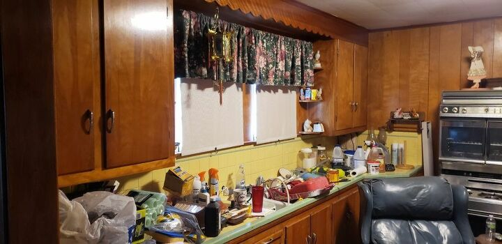 q what colors go with my yellow and green kitchen tile countertops