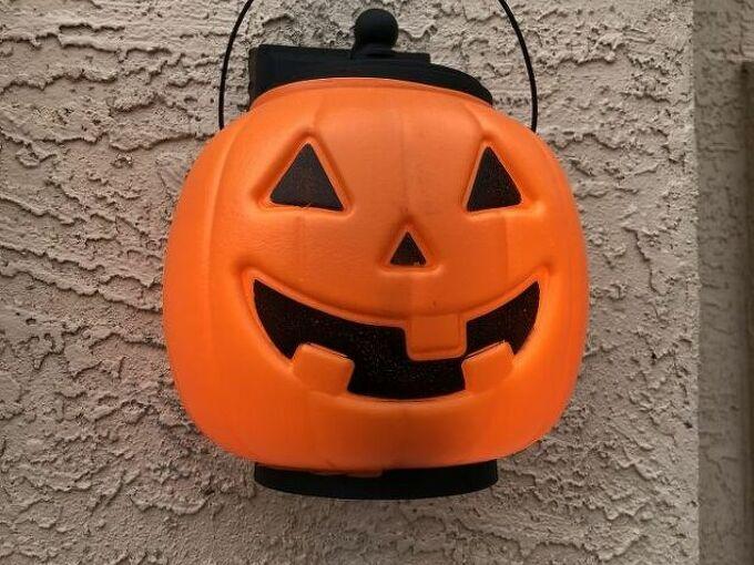 pinterest pin try halloween decor, Its sitting on the bottom half of the light