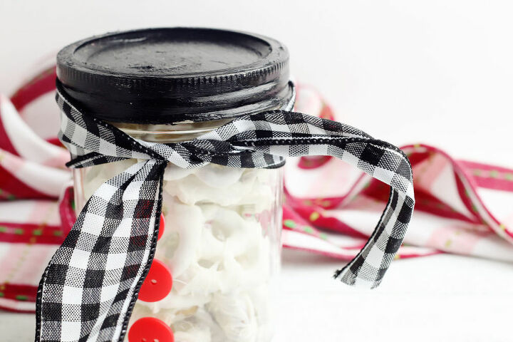 diy snowman mason jar gift idea for christmas with chocolate pretzels