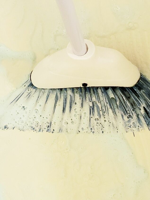 s the 19 best home tips and tricks people shared in 2019, Clean your tub with a broom