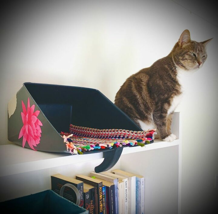 use a paint tray to make a cozy cat perch