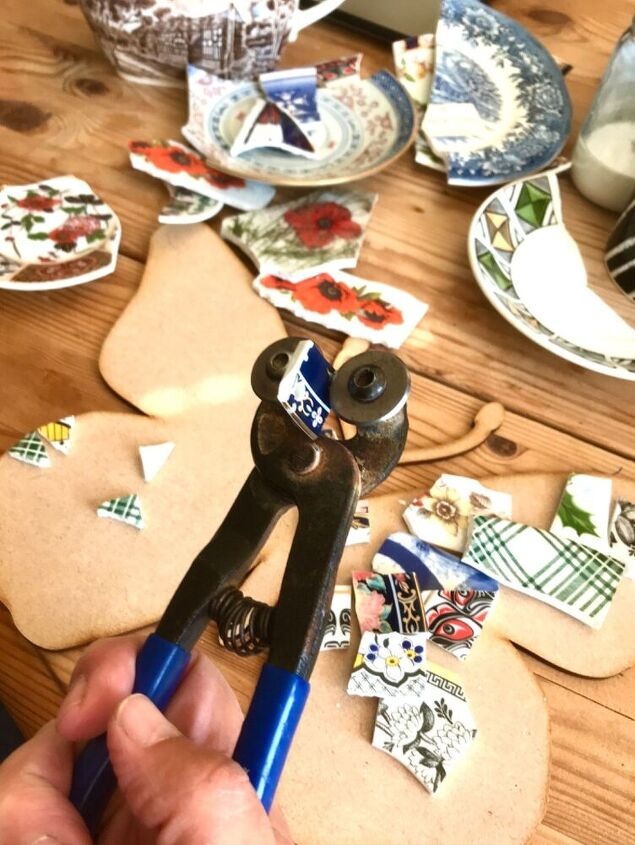 Cutting crockery with nippers