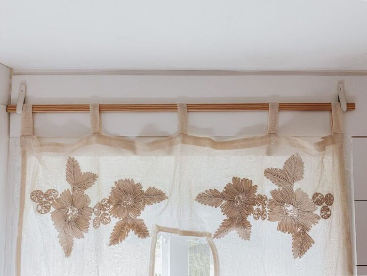 easy budget friendly way to hang a curtain