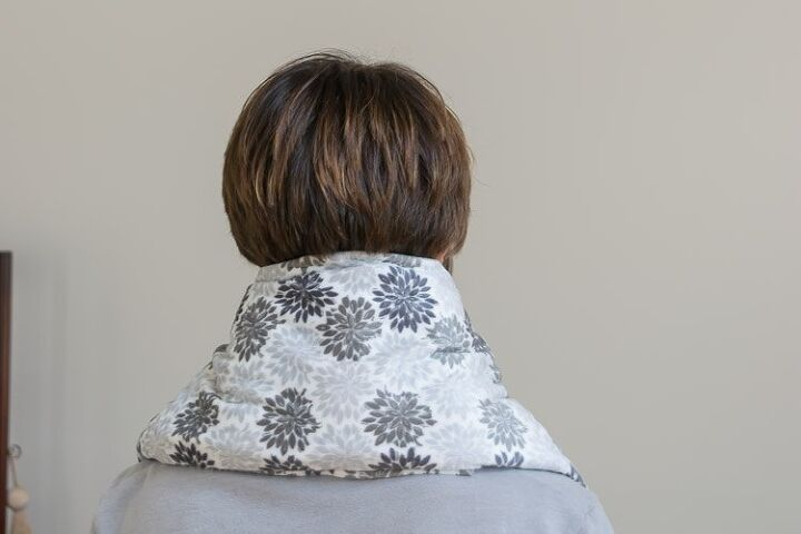 microwaveable neck wrap with buckwheat hulls and lavender