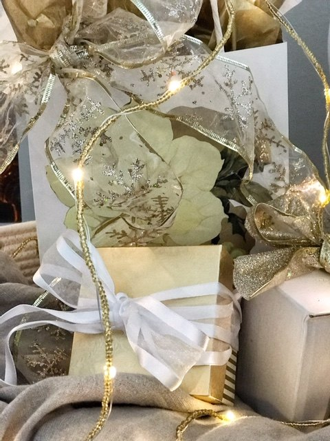 how to display christmas gifts for decoration