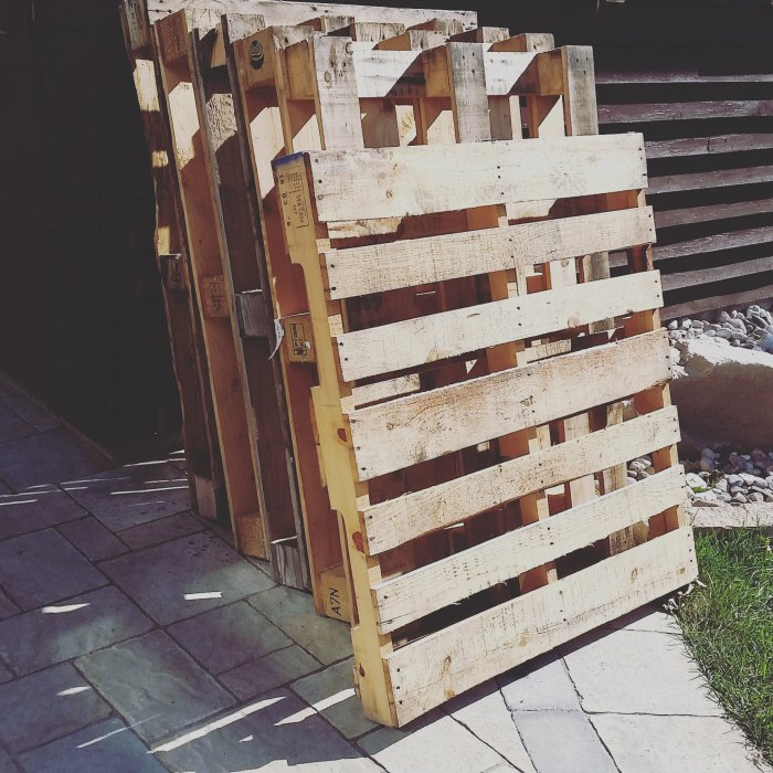 easy upcycled temporary diy pallet fence