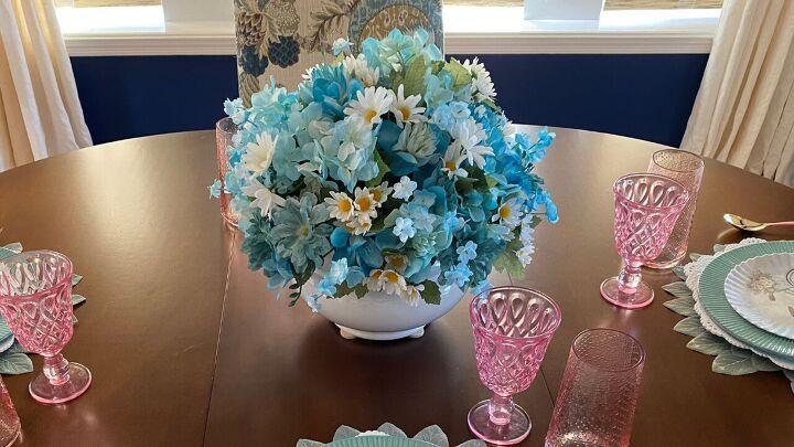 s 14 belles idées pour décorer pour n'importe quelle fête, pièce maîtresse de fleurs peintes
